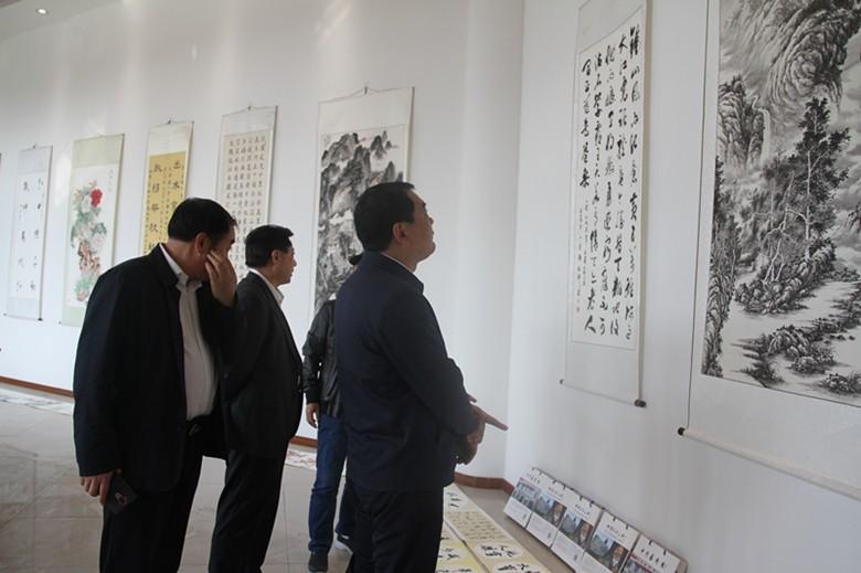 省委宣传部长赵素萍等领导来郸城观看艺术馆作品